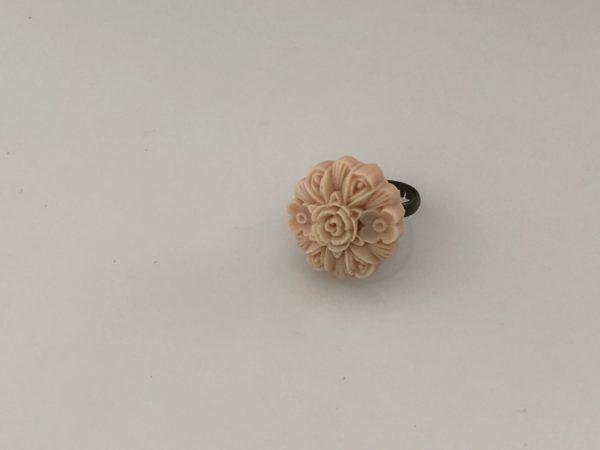 Ring oudroze bloem